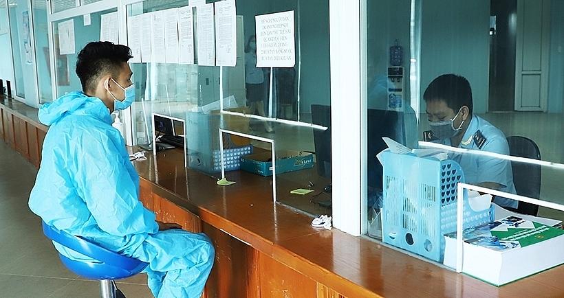 Hải quan Cầu Treo bố trí công chức tiếp nhận và làm thủ tục hải quan cho DN 24/24h. Ảnh: Phan Trâm
