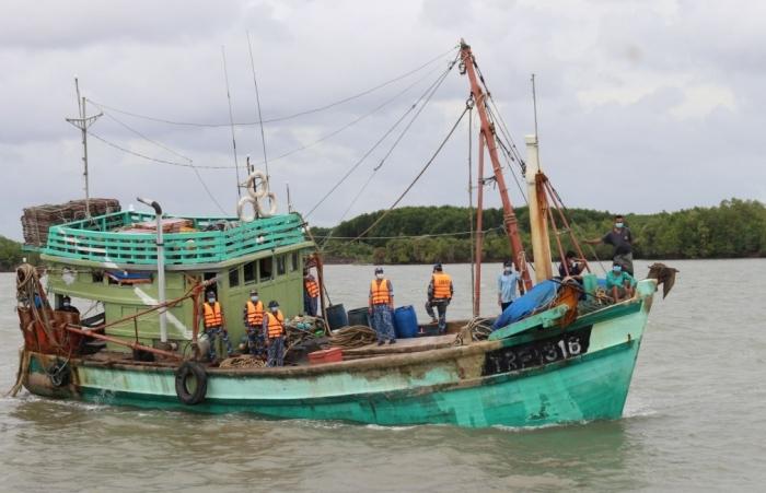 Cảnh sát biển bắt giữ tàu cá đánh bắt hải sản trái quy định IUU trên vùng biển Tây Nam