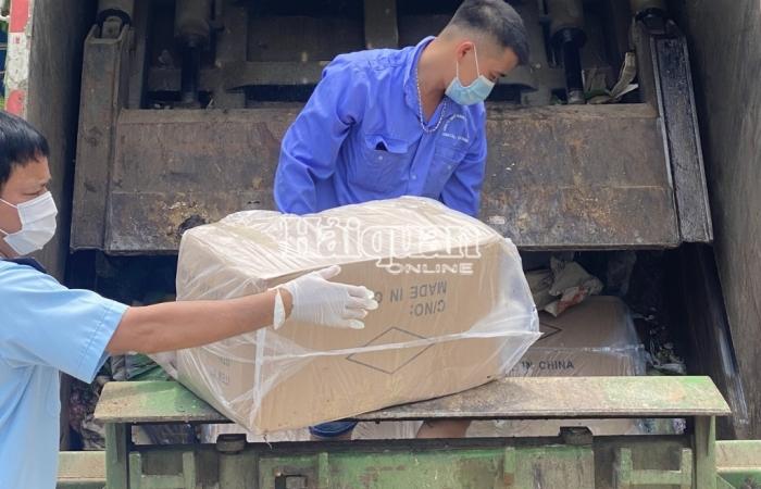 Thuê xe chở rác để vận chuyển vật dụng phòng, chống dịch không rõ nguồn gốc