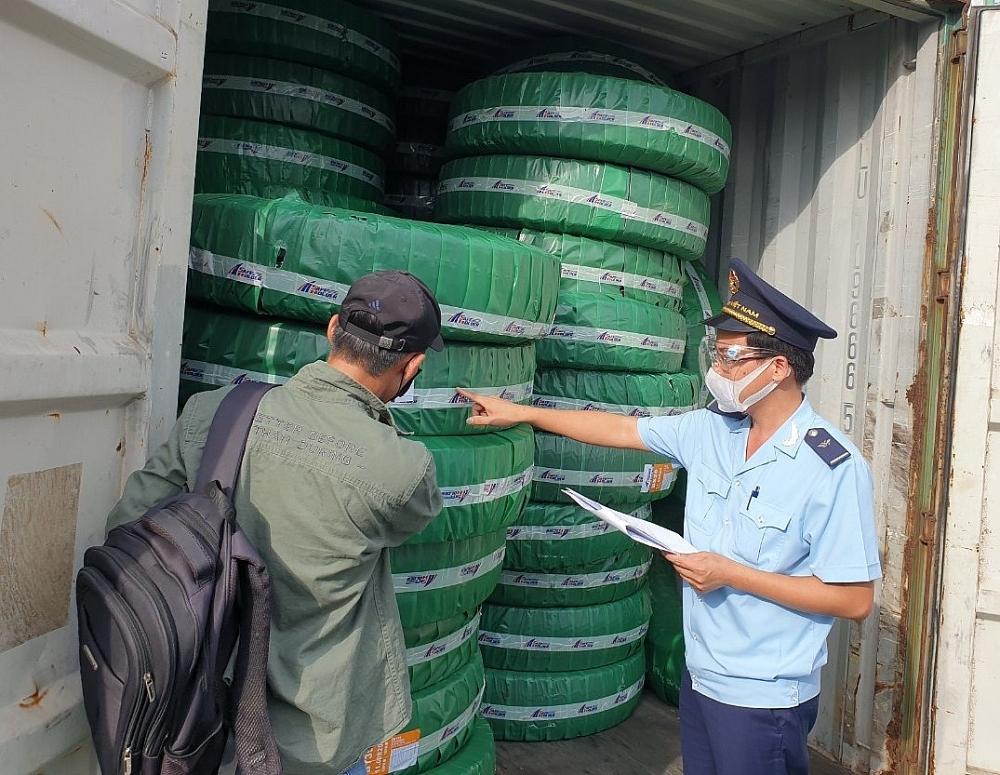Công chức Chi cục Hải quan cửa khẩu cảng Đình Vũ, Cục Hải quan Hải Phòng kiểm tra thực tế hàng hóa nhập khẩu. Ảnh: T. Bình