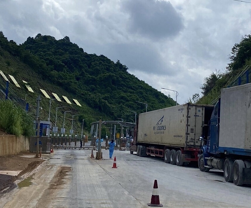 Hoạt động thông quan hàng hoá tại cửa khẩu Tân Thanh đã diễn ra bình thường, tuy nhiên lượng hàng thông quan trong ngày còn hạn chế. Ảnh: Danh Tùng.