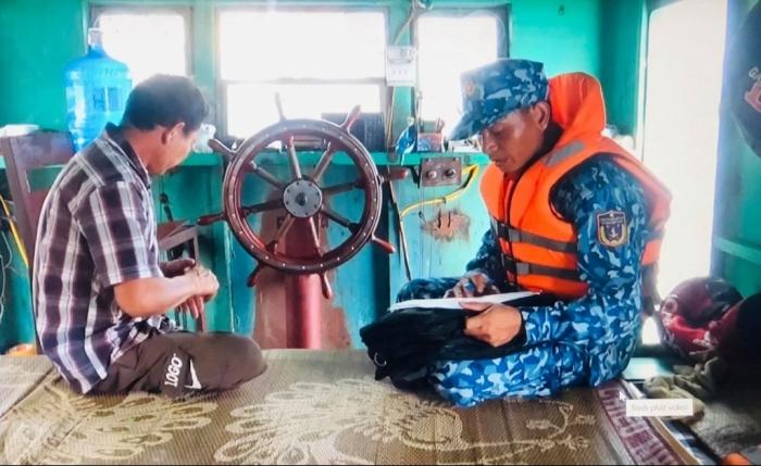 Cảnh sát biển bắt giữ khoảng 1.000 kiện thuốc lá bất hợp pháp