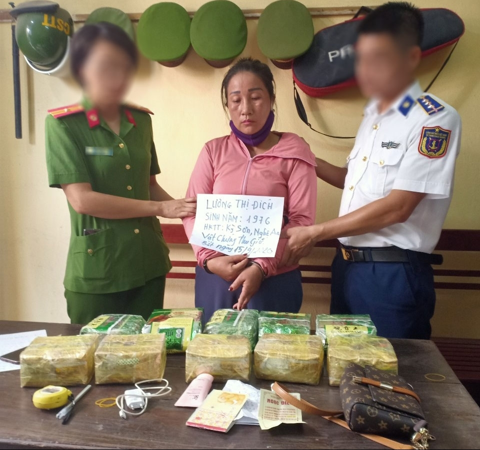 Cảnh sát biển bắt đối tượng vận chuyển trái phép 10 kg ma túy tổng hợp