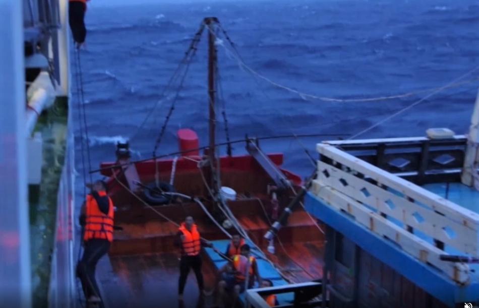Cảnh sát biển ứng cứu kịp thời 18 thuyền viên và ngư dân gặp nạn trên biển