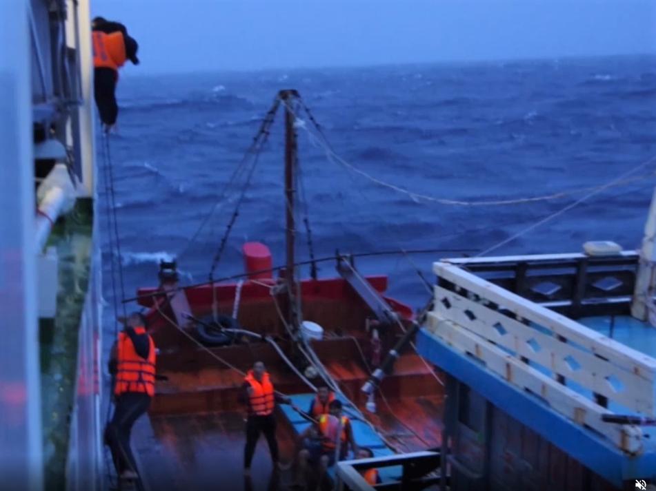 Lực lượng Cảnh sát biển đã ứng cứu kịp thời 18 thuyền viên và ngư dân gặp nạn trong trận bão số 5 xảy ra chiều và đêm ngày 11/9/2021.
