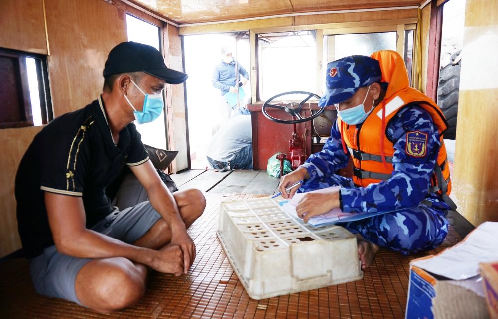 Cảnh sát biển tạm giữ tàu không số vận chuyển hơn 15.000 lít dầu bất hợp pháp