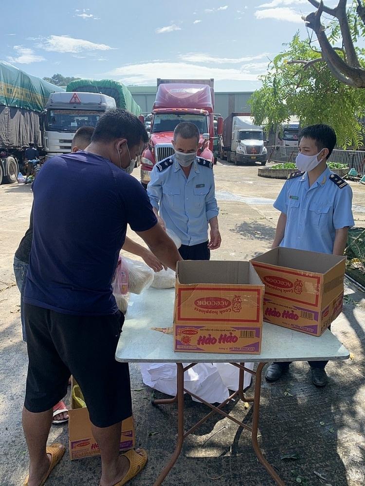 Hải quan Chi Ma chủ động mua nhu yếu phẩm hỗ trợ lái xe trong khi chờ làm thủ tục thông quan hàng hóa. Ảnh: Nguyễn Công