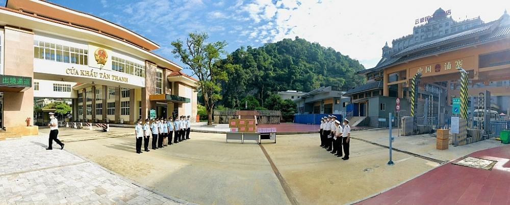 Đại diện Hải quan Hữu Nghị, Tân Thanh (Cục Hải quan Lạng Sơn) và Hải quan Bằng Tường, Hữu Nghị Quan (Trung Quốc) gặp gỡ, tặng quà diễn ra sáng ngày 28/9. Ảnh: Hải Âu
