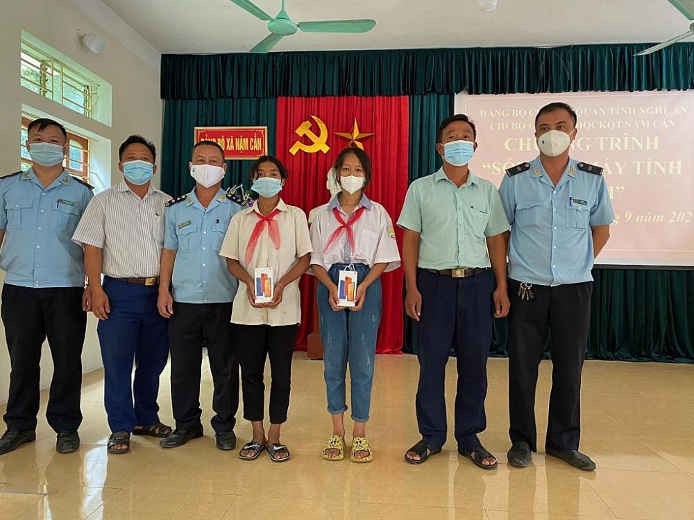 Đại diện Hải quan Nậm Cắn đã trao quà cho 2 em học sinh Hảo, học sinh lớp 9A và em Lệ Y SưTrường Trung học Cơ sở dân tộc bán trú xã Nậm Cắn.