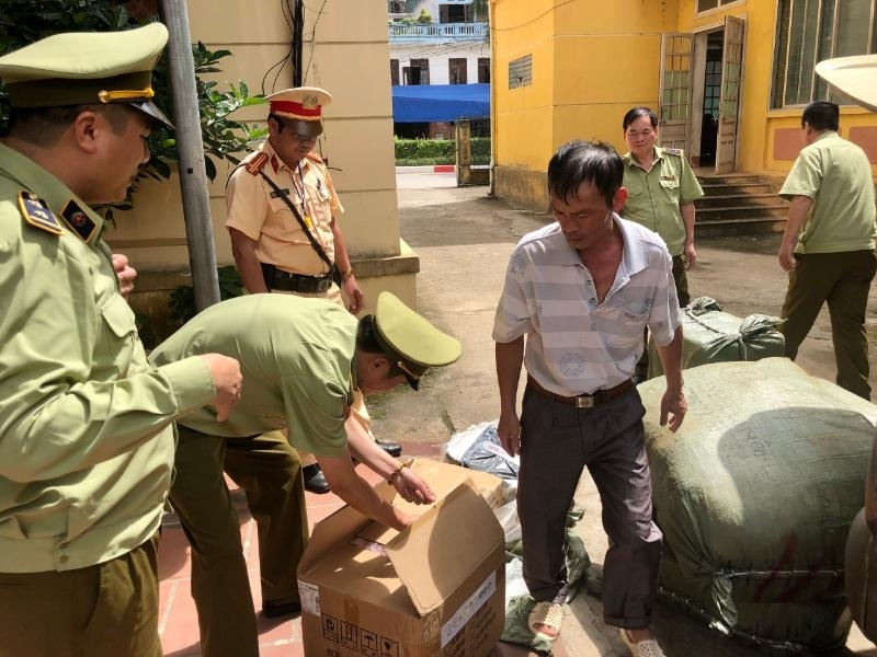 Thu giữ gần 300 đơn vị sản phẩm may mặc nghi nhập lậu