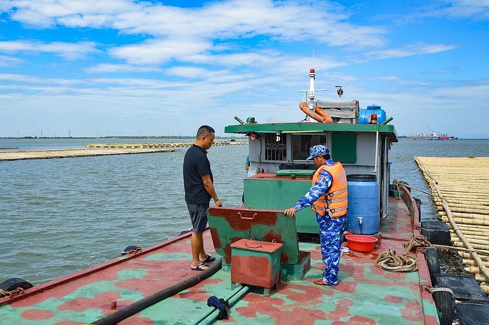 Lực lượng CSB kiểm tra tàu vi phạm.