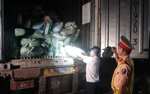 Tóm gọn xe đầu kéo chở 30 tấn nội tạng lợn bốc mùi