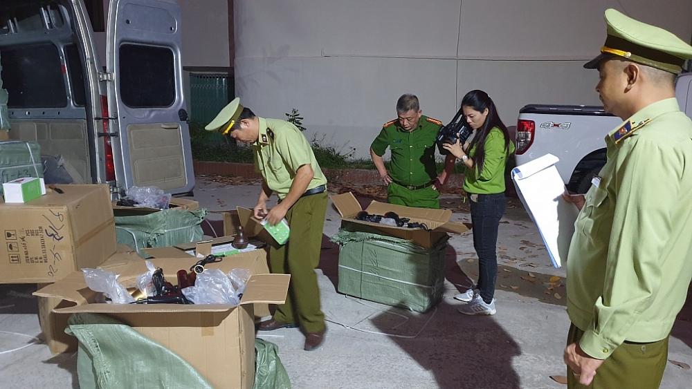Lực lượng chức năng kiểm tra lô hàng. Ảnh: QLTT LS