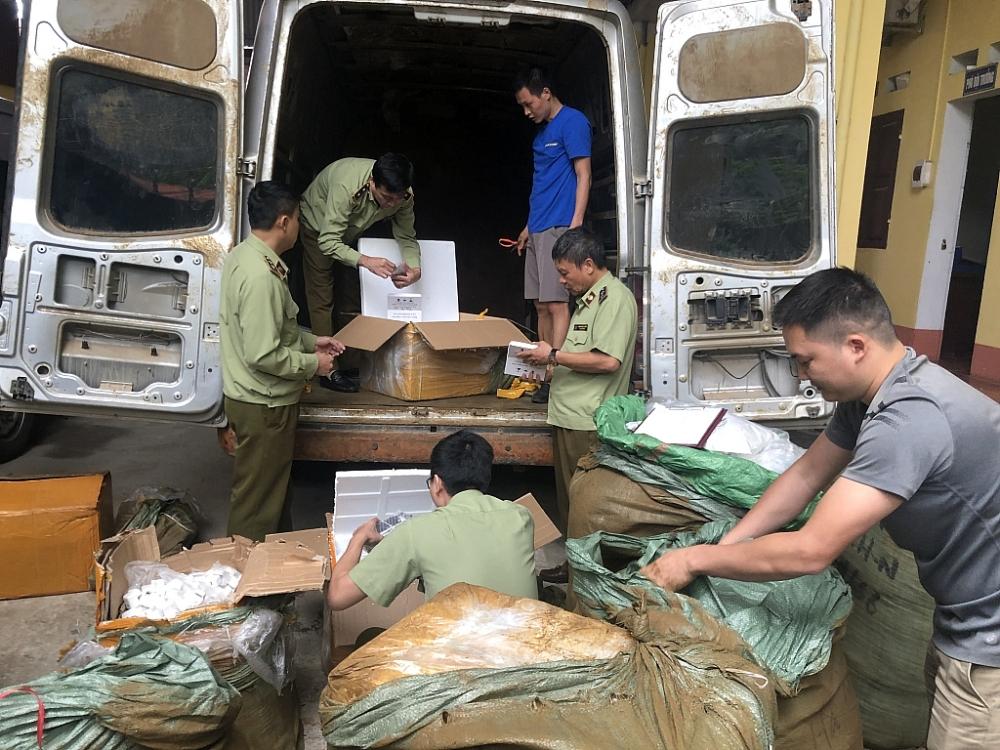 Lực lượng chức năng tỉnh Lạng Sơn kiểm tra và thu giữ số lượng lớn hàng hóa chờ xác minh để xử lý theo quy định. Ảnh: QLTT LS