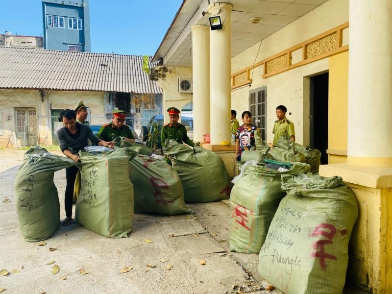 Lạng Sơn: Thu giữ 4.000 sản phẩm lậu tại điểm kinh doanh dịch vụ vận chuyển