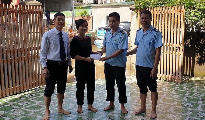 Thay mặt lãnh đạo cục ông Đinh Văn Hòa thăm hỏi và trao quà cho các gia đình là CBCC công chức đang công tác tại cục bị ảnh hưởng do mưa lũ.