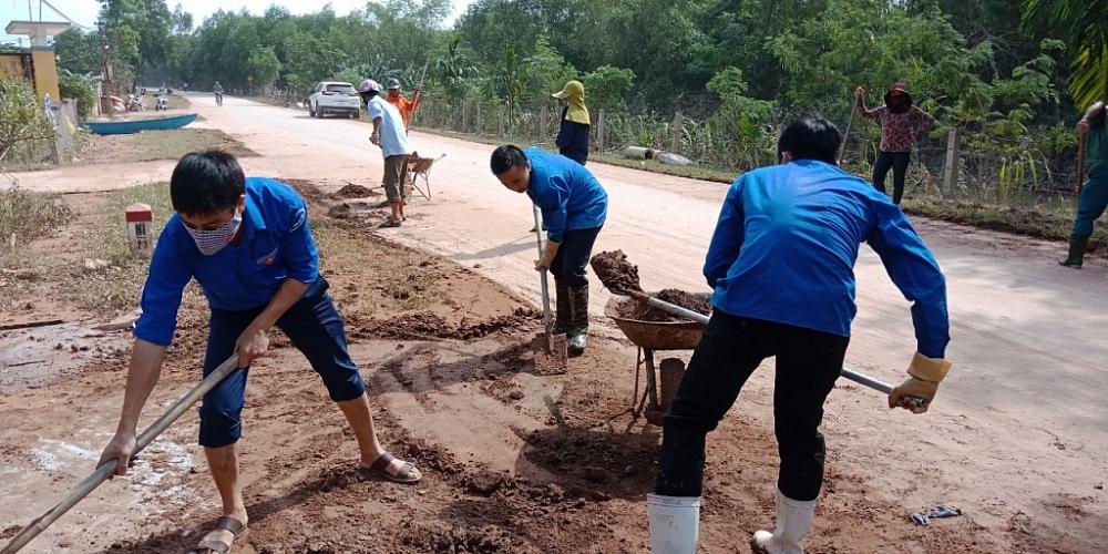 Đoàn Thanh niên Cục Hải quan Hà Tĩnh tham gia dọn vệ sinh môi trường giúp nhân dân các vùng lũ ổn định cuộc sống sau mưa lũ.