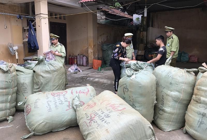 Lạng Sơn:Thu giữ864lọ nước hoa không có hóa đơn hợp pháp