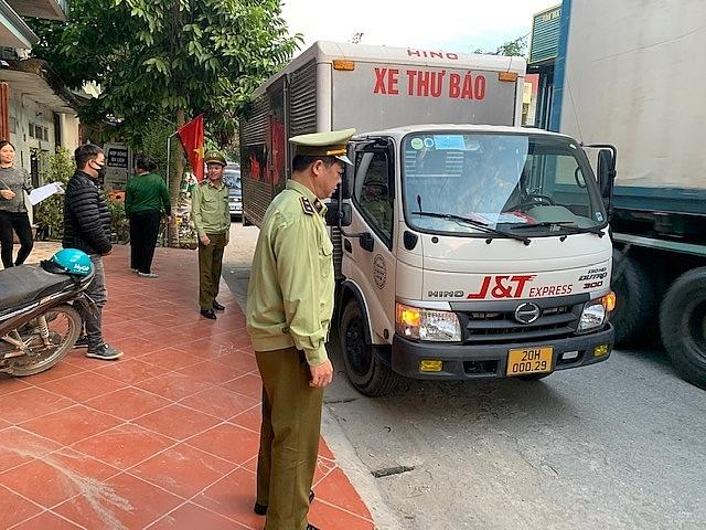Lực lượng chức năng kiểm tra hàng hoá gửi qua dịch vụ chuyển phát nhanh J&T EXPRESS. Ảnh: QLTT LS