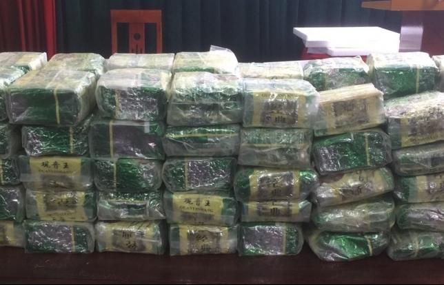Tặng Giấy khen cho 1 tập thể và 2 cá nhân có thành tích bắt giữ 100 kg ma tuý