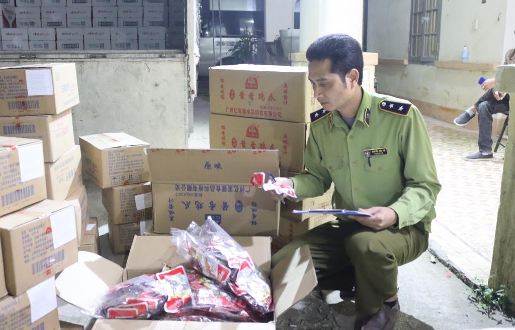Ngăn chặn 6.550 túi chân gà tẩm ướp gia vị cùng 950 lon bia Liquan nhập lậu