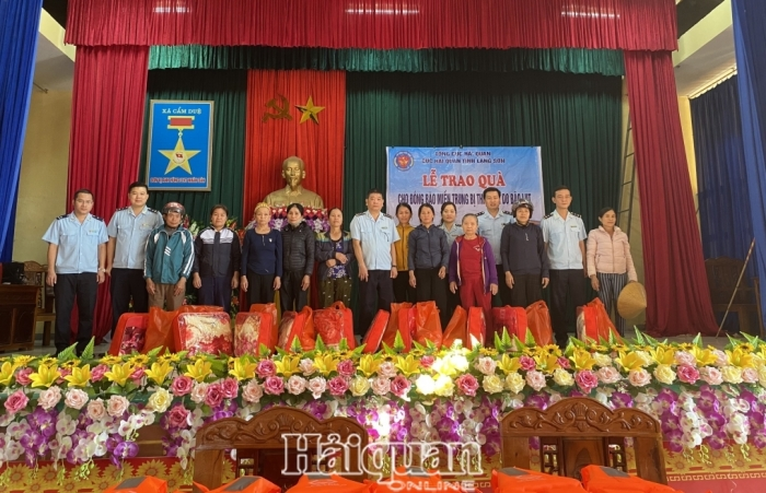 Mang tình cảm Hải quan xứ Lạng đến với miền Trung