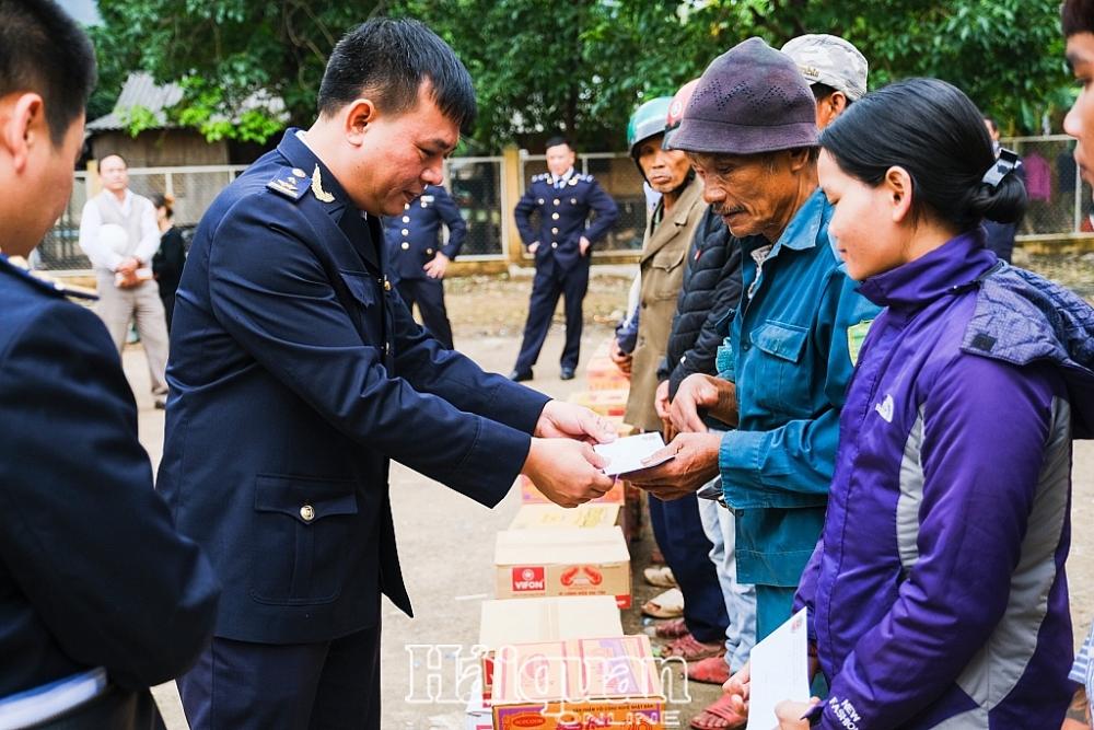 Đại diện Hải quan Lạng Sơn trao hàng trăm suất quà cho bà con các xã thuộc huyện Đắc Krông- Quảng Trị. Ảnh: Quang Huy