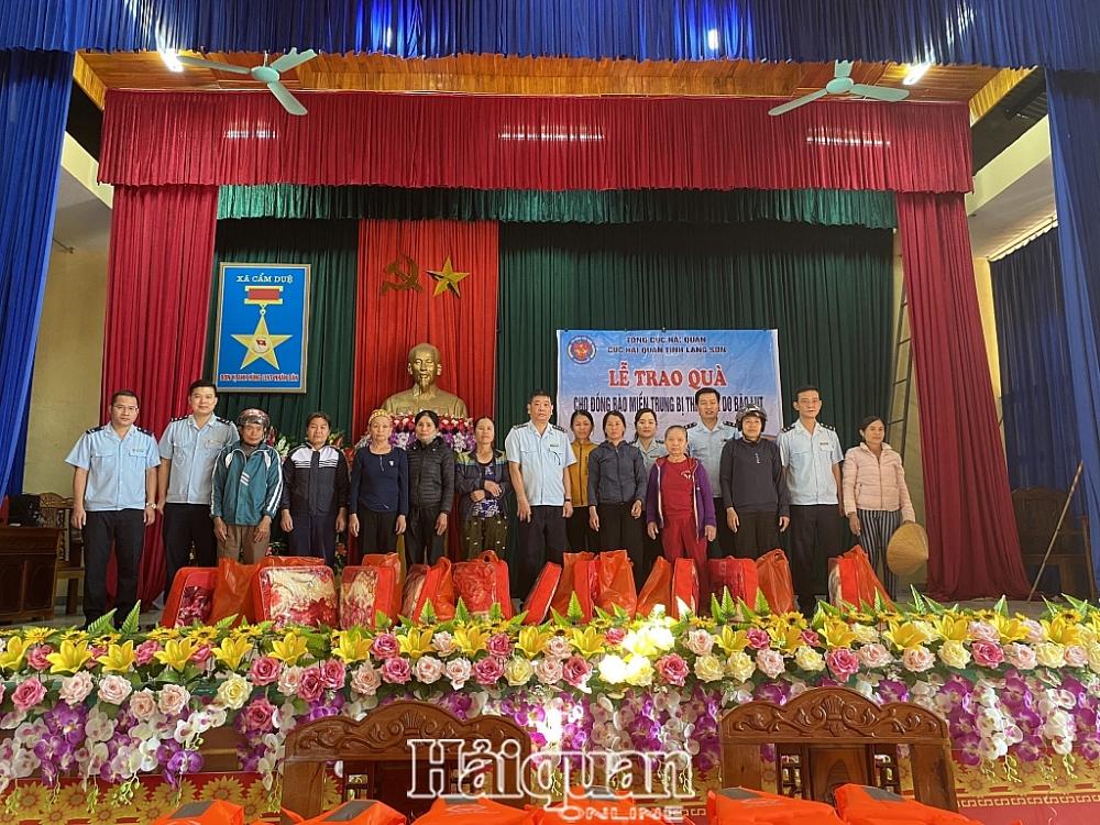 Đại diện Hải quan Lạng Sơn tặng quà cho bà con tại tỉnh Hà Tĩnh. Ảnh: Hải Anh