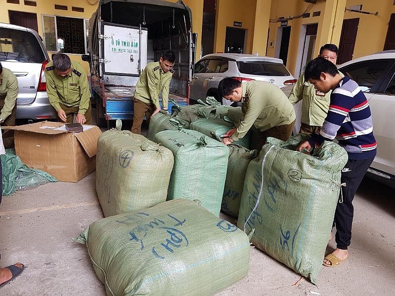 Lực lượng Quản lý thị trường Lạng Sơn kiểm tra số hàng vi phạm. Ảnh: QLTT LS