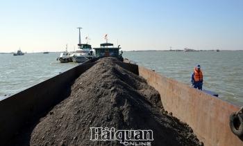 Cảnh sát biển tạm giữ 600m3 than không rõ nguồn gốc