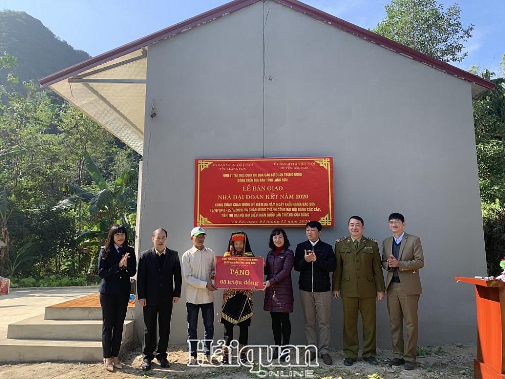 7 đơn vị trong Cụm các cơ quan trung ương trên địa bàn tỉnh Lạng Sơn trao nhà Đại đoàn kết cho gia đình ông Triệu Tiến Thanh. Ảnh: Mai Loan