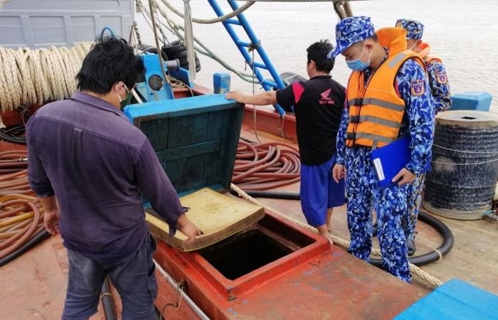 Cảnh sát biển bắt giữ phương tiện vận chuyển trái phép dầu DO trên biển