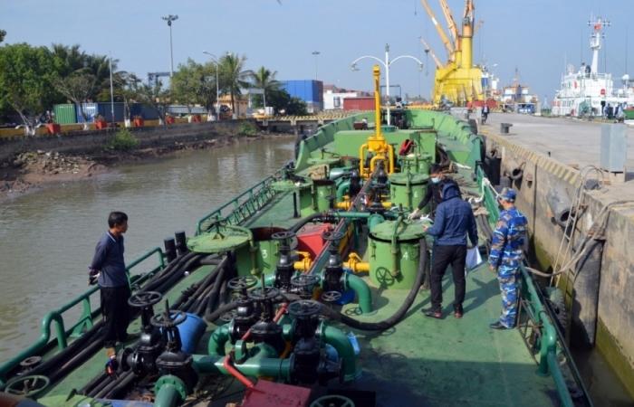 Cảnh sát biển tạm giữ tàu vận chuyển 20.000 lít dầu không rõ nguồn gốc