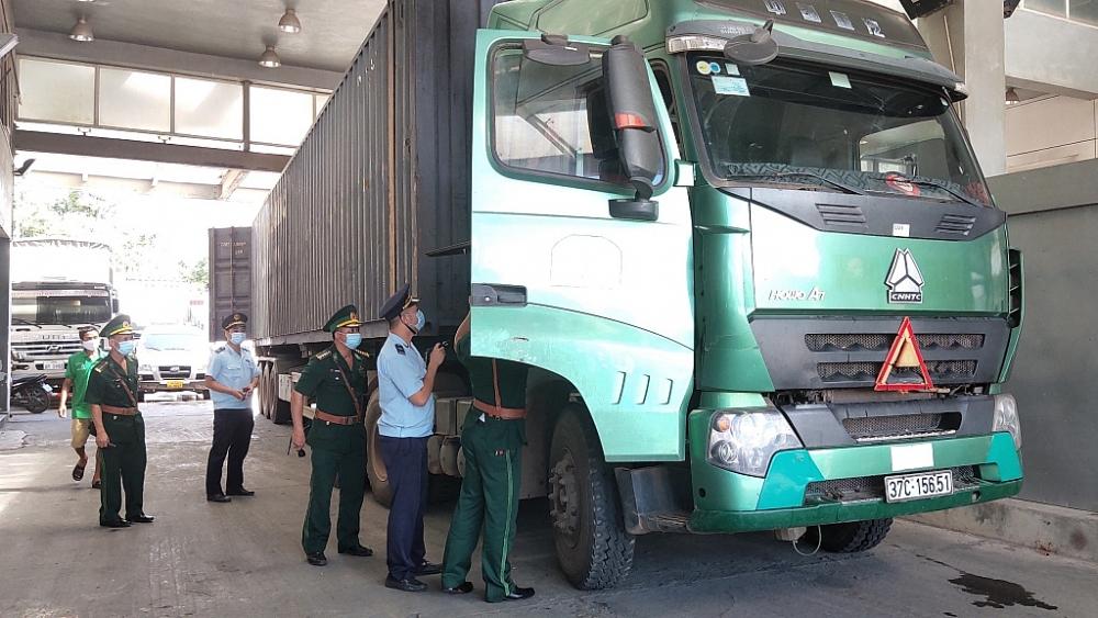 Hải quan Cầu Treo phối hợp chặt với các lực lượng chức năng kiểm soát chặt các phương tiện chở hàng hóa qua địa bàn nhằm phát hiện các gian lận có thể xảy ra. Ảnh: Thế Mạnh