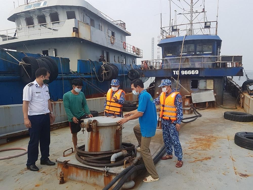 Lực lượng Cảnh sát biển kiểm tra tàu vận chuyển dầu DO trái phép. Ảnh: BTL CSB.
