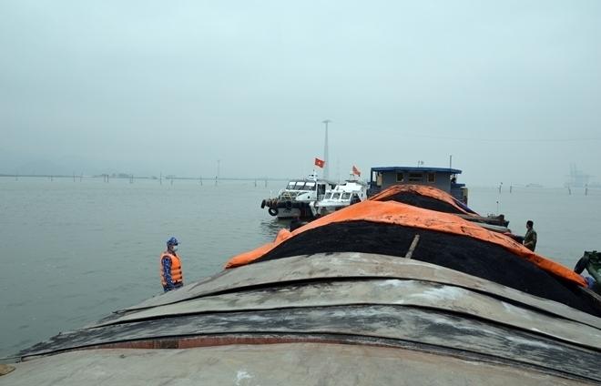 Cảnh sát biển tạm giữ 850 tấn than cám không có hoá đơn chứng từ