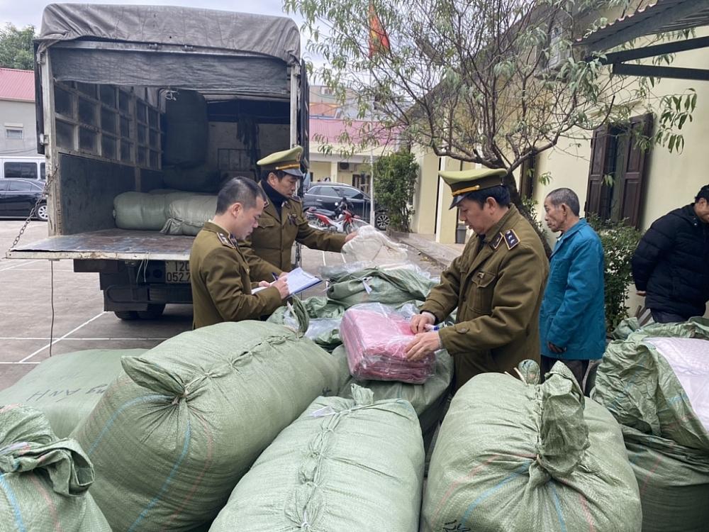 Lực lượng chức năng tỉnh Lạng Sơn kiểm tra số hàng hóa vi phạm. Ảnh: QLTT LS