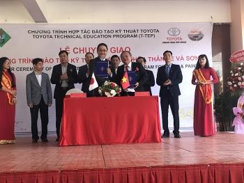 Toyota Việt Nam tặng gói thiết bị kỹ thuật đào tạo sửa chữa xe cho Trường ĐHSP Vĩnh Long