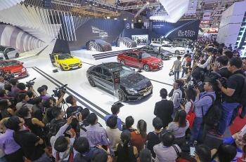 Mua ô tô chơi Tết đắt cả trăm triệu- Khách hàng Việt vốn