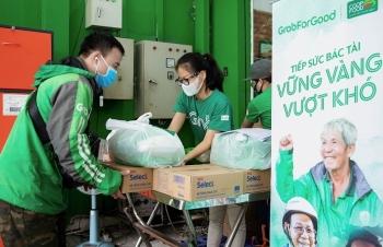 Grab tặng gần 80 tấn gạo và 8.000 thùng mì gói cho các tài xế