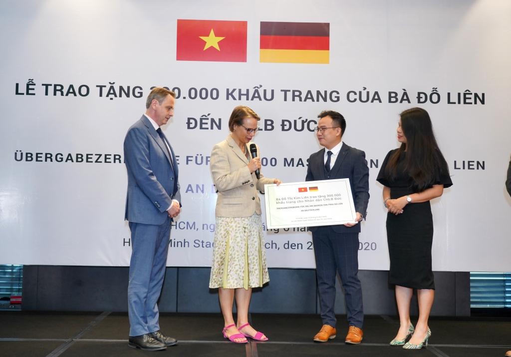 chu tich green vietnam fund trao tang 300000 khau trang toi chlb duc
