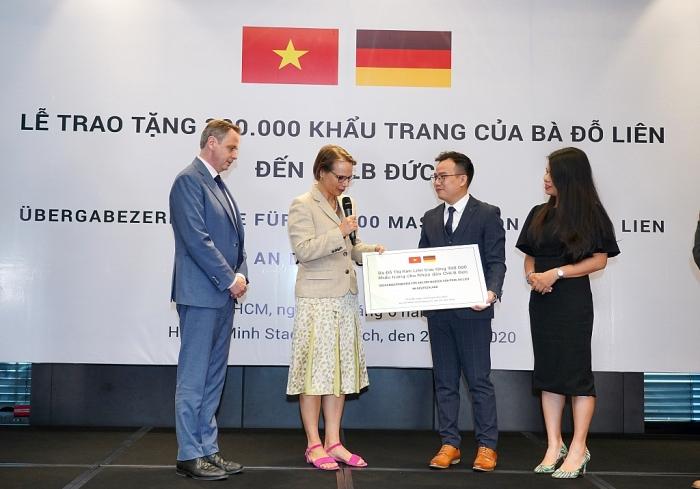 Chủ tịch Green Vietnam Fund trao tặng 300.000 khẩu trang tới CHLB Đức