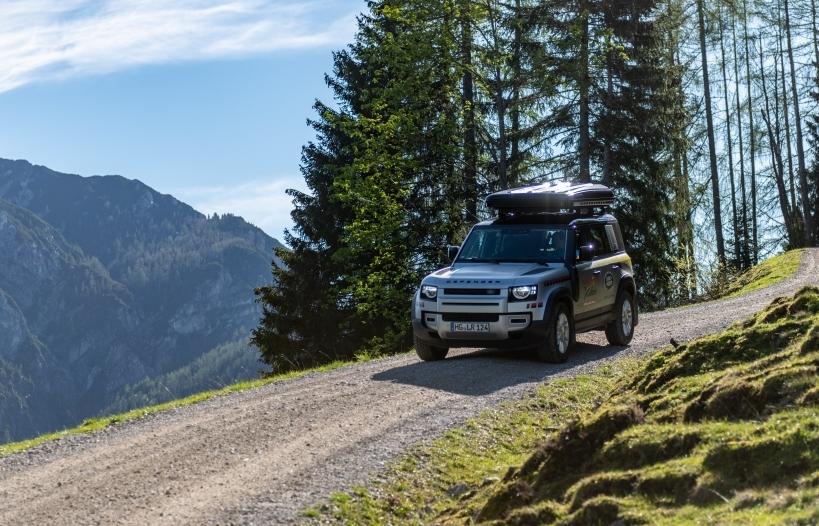 Land Rover Defender hỗ trợ cuộc đua mạo hiểm khắc nghiệt nhất thế giới - Red Bull X-Alps 2021