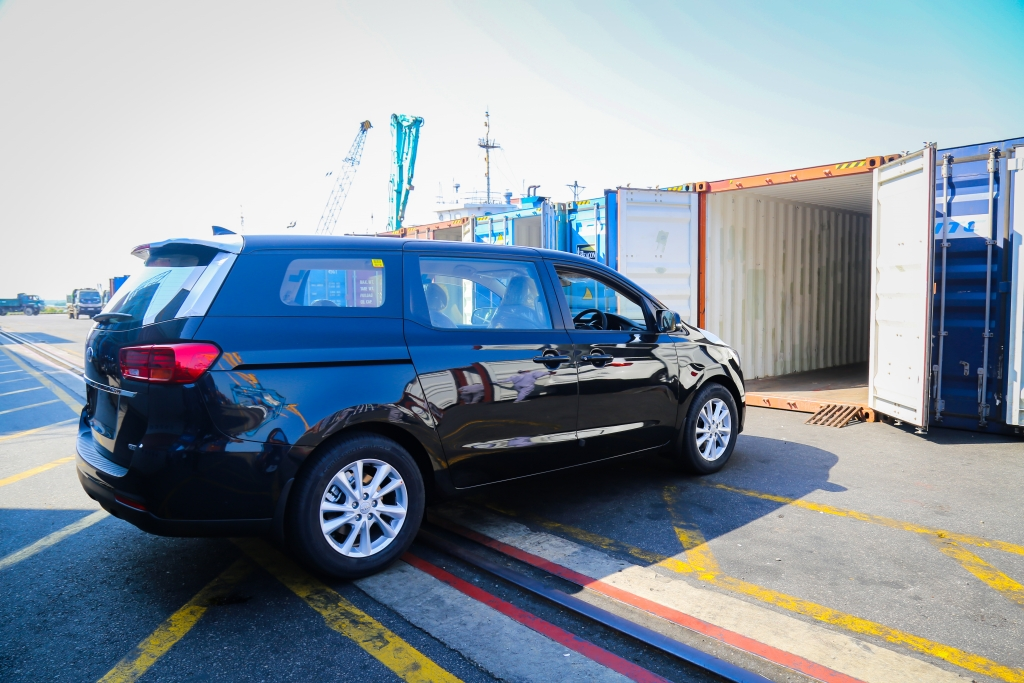0332 1 xe kia grand carnival 11 chy chuyn by yong container