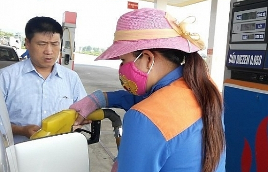 Giá xăng tiếp tục giảm nhẹ hơn 100 đồng/lít
