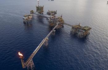 """Giá dầu giảm sâu, doanh thu PVN """"thụt lùi"""""""