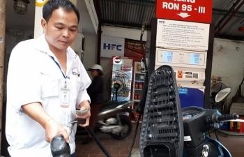 Mỗi lít xăng giảm hơn 300 đồng