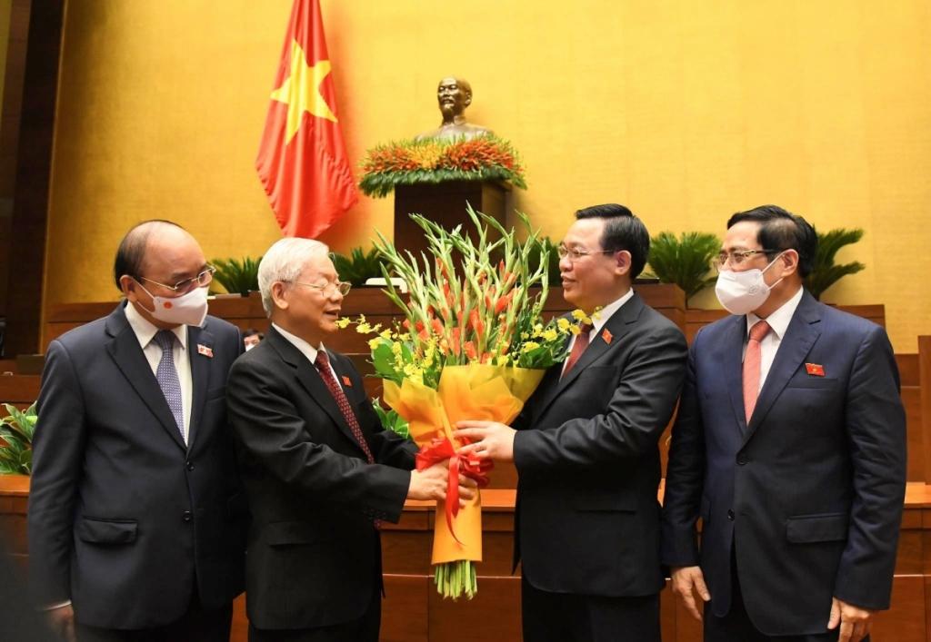 Chủ tịch Quốc hội Vương Đình Huệ tặng hoa Tổng Bí thư Nguyễn Phú Trọng.