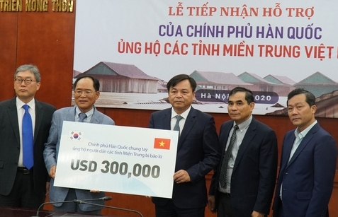 Hàn Quốc hỗ trợ 300.000 USD cho người dân miền Trung