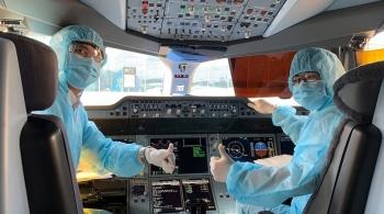 """Cận cảnh phi hành đoàn của Vietnam Airlines đến đi từ """"tâm dịch"""" châu Âu"""